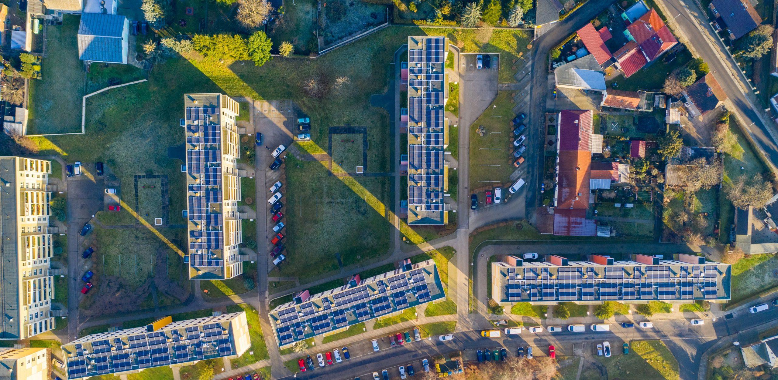 Kaupunkinäkymä, aurinkopaneeleja katoilla